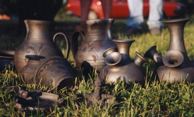 Black artistic pieces of Latgalian pottery.